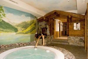 Hotel Pinzger Tux Wellnessbereich Whirlpool Jacuzzi Sauna