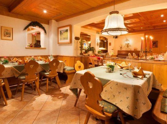 Hotel Pinzger Tux Stüberl Abendessen Halle