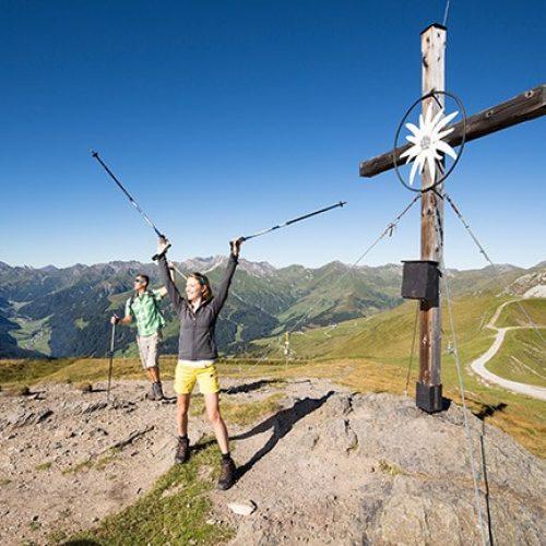 Hotel Pinzger Tux 2 Wanderer mit Gipfelkreuz